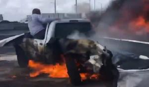 Εικόνες ΣΟΚ - Αυτοκίνητο πήρε φωτιά και τραβούσαν βίντεο, εκτός… (video)