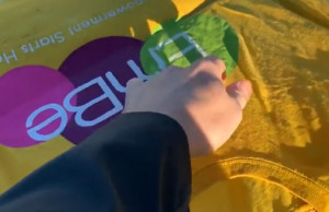 Καιρός: Άπλωσε ένα μπλουζάκι εν μέσω πολικού ψύχους - Δείτε τι συνέβη... (video)
