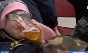 Χαμός! 6χρονο παιδί πίνει μπύρα σε ματς ποδοσφαίρου - Η αλήθεια θα σας ξαφνιάσει (video)