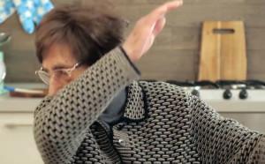 Κοροναϊός: Τρομερή γιαγιά δίνει συμβουλές, κάνει dab και γίνεται viral (video)