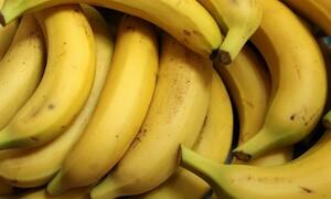 Σοκ: Αγόρασε μπανάνες από το σούπερ μάρκετ - Δεν φαντάζεσαι τι βρήκε μέσα (video)