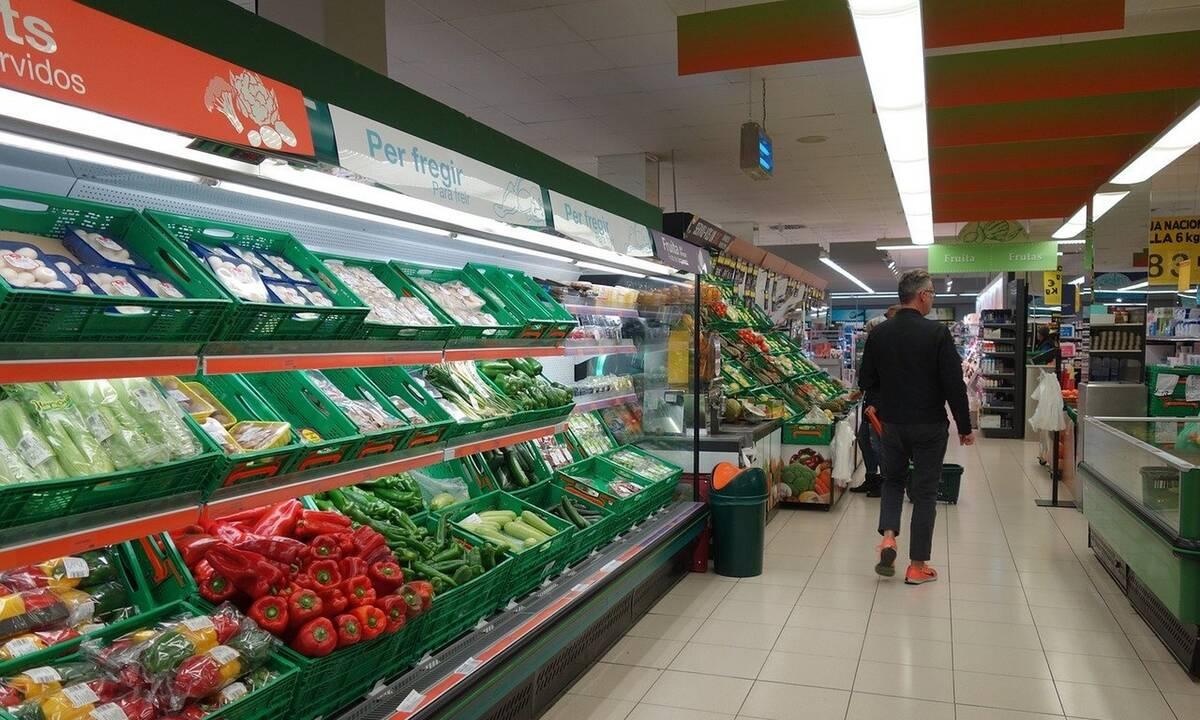 Τρομερό ξύλο σε σούπερ μάρκετ - Αστυνομικοί έριξαν άνδρα στις βιτρίνες (photos+video)