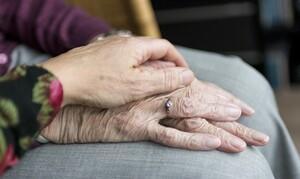 Κορονοϊός: Η απίστευτη κίνηση 88χρονου για να δει τη σύζυγο του (video)