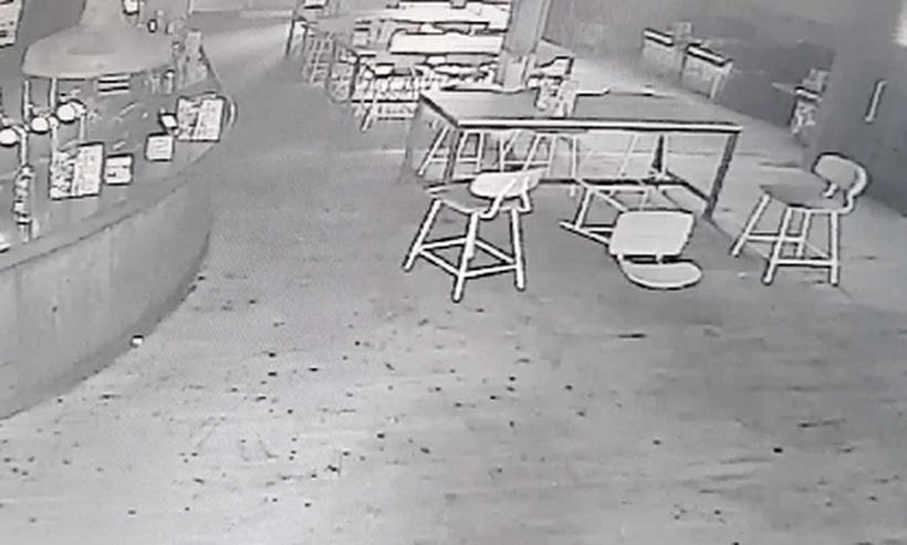 Ιδιοκτήτης μπαρ παρακολουθεί όσα κατέγραψε κλειστό κύκλωμα! Το σοκ που έπαθε δεν περιγράφεται (vid)