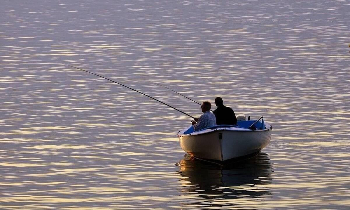 Βγήκαν στα ανοιχτά να ψαρέψουν.Τρελάθηκαν μ' αυτό που είδαν να τους πλησιάζει (photos+video)