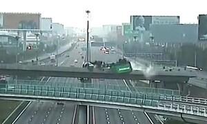 Εικόνες σοκ - Νταλίκα έπεσε από γέφυρα σε αυτοκινητόδρομο και διαλύθηκε (photos+video)