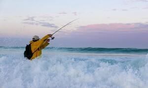 Δεν μπορούσε να ψαρέψει λόγω καραντίνας - Δεν φαντάζεστε πώς τα κατάφερε (video)