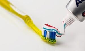 Δες τι θα συμβεί στα δόντια σου αν δεν τα πλύνεις για πέντε μέρες (video)