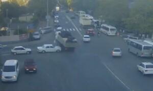 Τρομερό - Φορτηγό έχασε τον έλεγχο και τα διέλυσε όλα στο πέρασμά του (video)