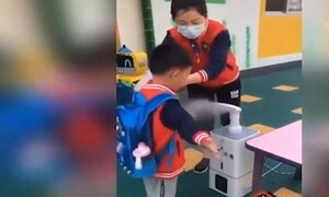 Απίστευτο! Έτσι πηγαίνουν τα παιδάκια στην Κίνα στο σχολείο - Μοιάζει με ιατρικές εξετάσεις (video)