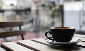 Δεν φαντάζεστε τι φορούν πελάτες σε καφετέρια για να κρατούν τις αποστάσεις (photo)