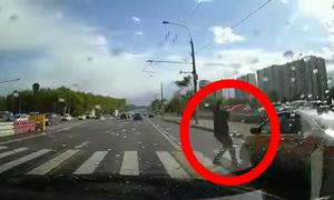 Πήγε να περάσει τον δρόμο αλλά οδηγός δεν τον είδα - Κόβει ανάσα αυτό που έγινε μετά (video)