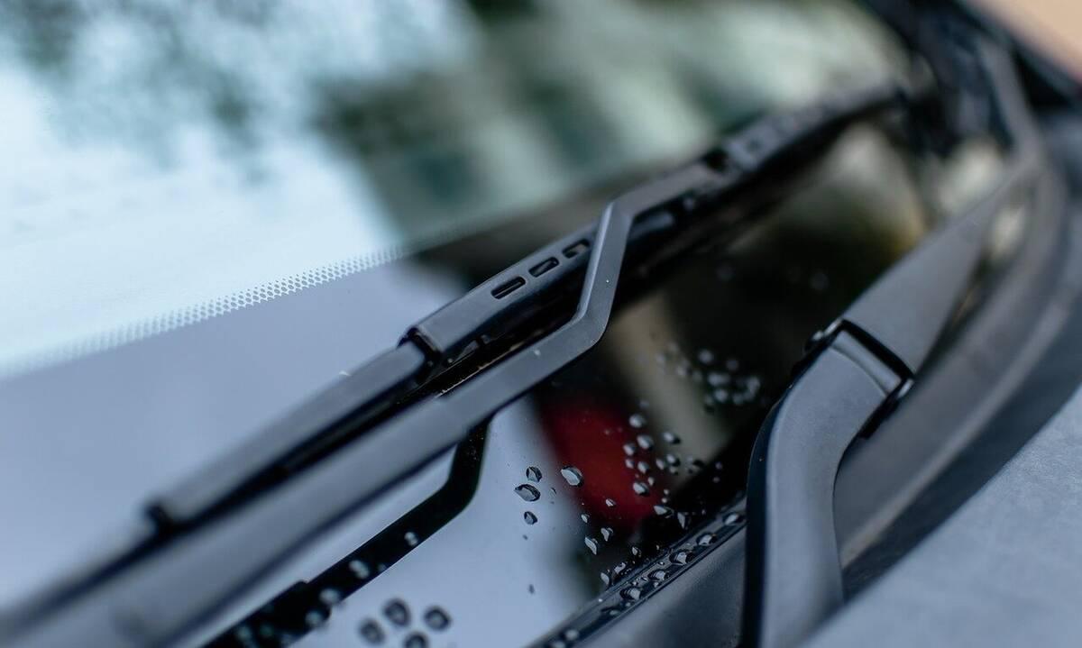 Είδε κάτι να έρχεται κατά πάνω της - Έπαθε σοκ μόλις είδε τι χτύπησε το αμάξι της (photos+video)