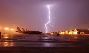 Εικόνες σοκ: Αστραπές χτυπούν αεροπλάνο στον αέρα (video)