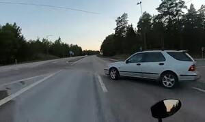 Επικίνδυνος! Ασυνείδητος οδηγός κάνει αναστροφή χωρίς να κοιτάξει (video)
