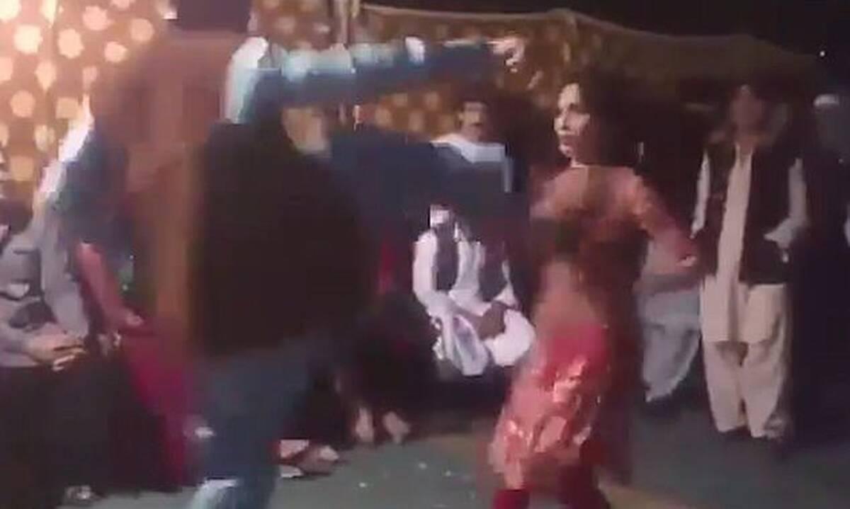 Εικόνες σοκ: Άνδρας κλωτσά χορεύτρια στο στήθος - Απίστευτος ο λόγος (photos+video)