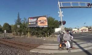 Συγκλονιστικό: Άνδρας με αναπηρικό αμαξίδιο κόλλησε σε ράγες τρένου - Δείτε πώς σώθηκε