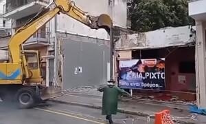 Ηλία, ρίχτο! Γκρεμίστηκε ιστορικός οίκος ανοχής με live μπουζούκια (videos)