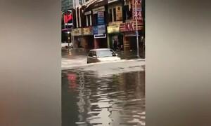 Ανεύθυνος οδηγός έκανε… υποβρύχιο το όχημά του σε πλημμυρισμένο δρόμο (video)