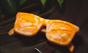 Νομίζετε ότι είναι γυαλιά; Θα τρελαθείτε μόλις δείτε πώς τα έφτιαξε (video)