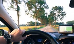 Οδηγούσαν προς το σπίτι - «Πάγωσαν» μ' αυτό που εμφανίστηκε στο παρμπρίζ (video)