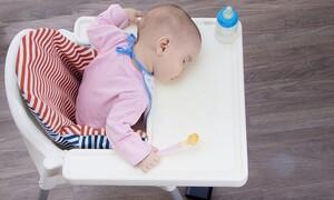 Αυτό το βίντεο αποδεικνύει ότι τα μωρά μπορούν να κοιμηθούν παντού (vid)