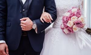 Χαμός σε γάμο - Ντύθηκαν γαμπρός και νύφη και βούτηξαν στην θάλασσα (video)