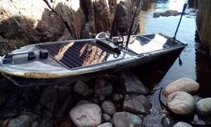 Ξεβράστηκε πλοιάριο «φάντασμα» σε ακτή (pic)