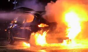 Τρομακτικό! Ηλεκτρικό αυτοκίνητο έπιασε φωτιά την ώρα που φόρτιζε (video)