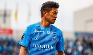 Συνεχίζει και παίζει ποδόσφαιρο στα 54 του! Αυτός είναι ο «King Kazu» (photos+video)