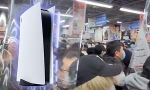 Χάος σε κατάστημα που έφερε PS5 - Τους χώρισε η αστυνομία (video)
