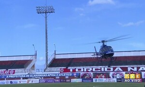 Διακοπή προθέρμανσης για να προσγειωθεί σε γήπεδο ελικόπτερο με… εμβόλια (video)