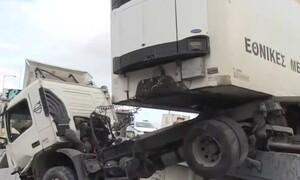 Κηφισός: Τροχαίο - σοκ - Νταλίκα έπεσε από γέφυρα (video)