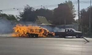 Βίντεο που κόβει την ανάσα: Φλεγόμενο φορτηγάκι τρέχει στον δρόμο