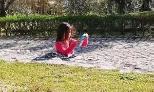 Η φωτογραφία που έχει μπερδέψει το Internet: Το κοριτσάκι είναι κολλημένο στο τσιμέντο;