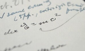 Επιστολή του Αϊνστάιν με τη διάσημη εξίσωση «E=mc2» πουλήθηκε σε δημοπρασία στην τιμή-ρεκόρ