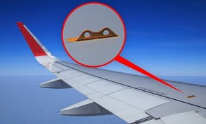 Ολοι το βλέπουν, ελάχιστοι γνωρίζουν! Σε τι χρησιμεύει αυτό το άγκιστρο στο φτερό του αεροπλάνου;