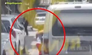 Νέα κτηνωδία στην Τουρκία: Κρέμασε τον γιο του έξω από το αυτοκίνητο για να τον τιμωρήσει