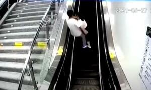 Viral video: Επική τούμπα! Ζευγάρι πήγε να φιληθεί στις κυλιόμενες και πήγαν όλα λάθος